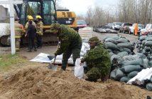 Soldats remplissant des sacs de sables à Yamachiche en mai 2017.